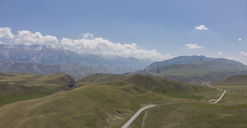 Montanhas em Quirguizistão a passagem que o país abre para fora ao vale de Ferghana imagem de stock