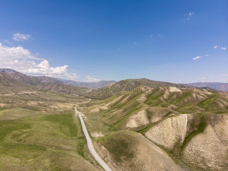 Montanhas em Quirguizistão a passagem que o país abre para fora ao vale de Ferghana imagens de stock royalty free