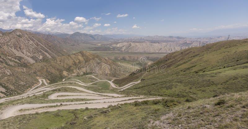 Montanhas em Quirguizistão a passagem que o país abre para fora ao vale de Ferghana foto de stock