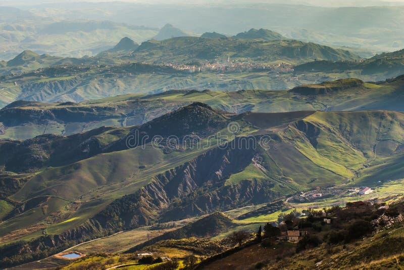 Download Montanhas Em Sicília, Itália Imagem de Stock - Imagem de rural, vale: 65575323