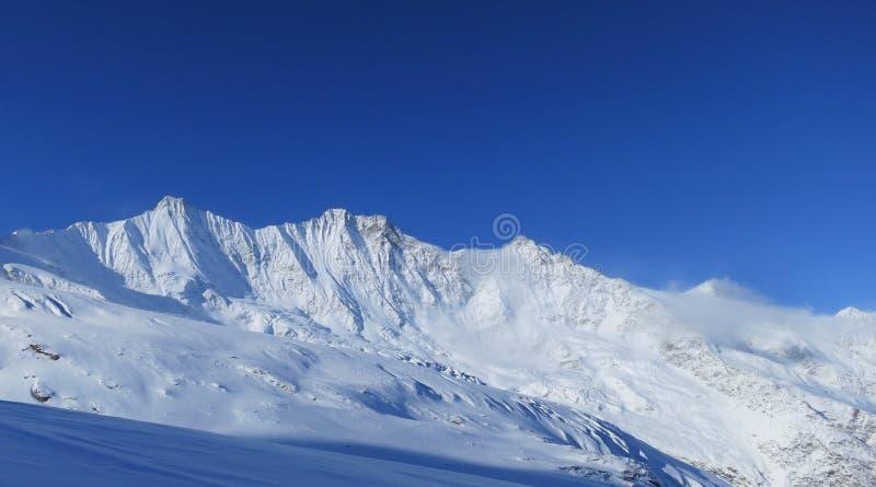 Montanhas em torno da Saas-taxa foto de stock royalty free