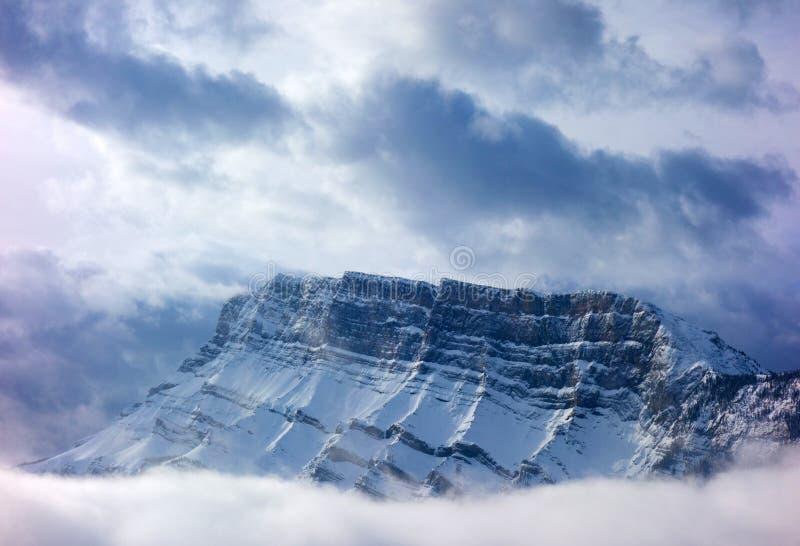 Montanhas encobertas na névoa da manhã imagem de stock royalty free
