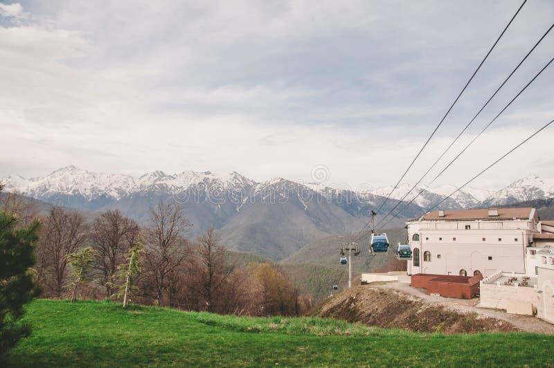 Montanhas, floresta e estrada em Sochi imagens de stock