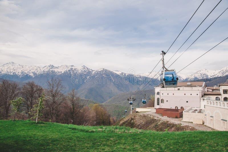 Montanhas, floresta e estrada em Sochi foto de stock royalty free