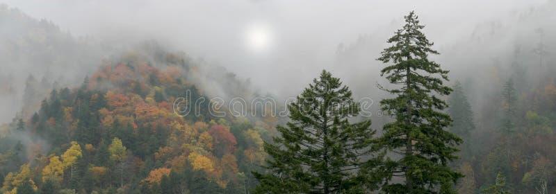 Montanhas fumarentos Mythical imagens de stock
