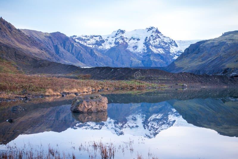 Montanhas, geleira e lago glacial Morsarlon no parque nacional Islândia de Skaftafell por do sol e nascer do sol do sul de Islând imagens de stock royalty free