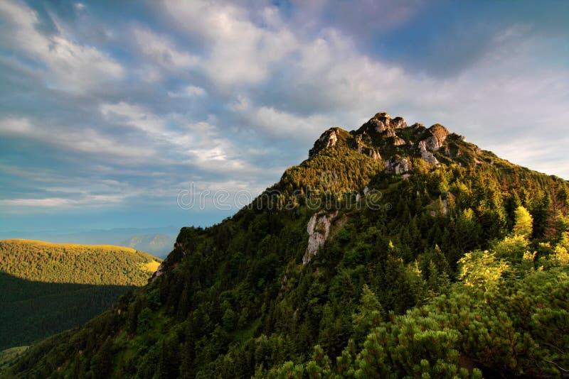 Montanhas impressionantes com o c?u perfeito no dia ensolarado N?voa geada que cobre o vale em ensolarado durante o nascer do sol imagem de stock