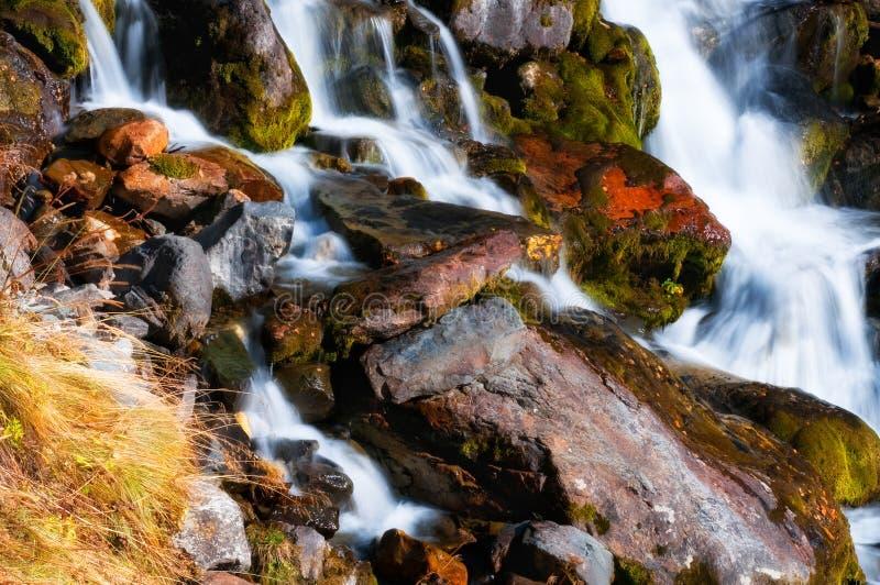 Montanhas, lagos, curso, natureza, rios, quedas, cascatas da água imagem de stock