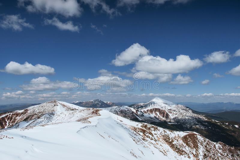 Montanhas majestosas da paisagem misteriosa do inverno no inverno Estrada do inverno nas montanhas Em antecipação ao feriado imagem de stock royalty free