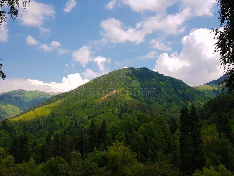 Montanhas mesmas do beautiffule em torno de Almaty fotografia de stock