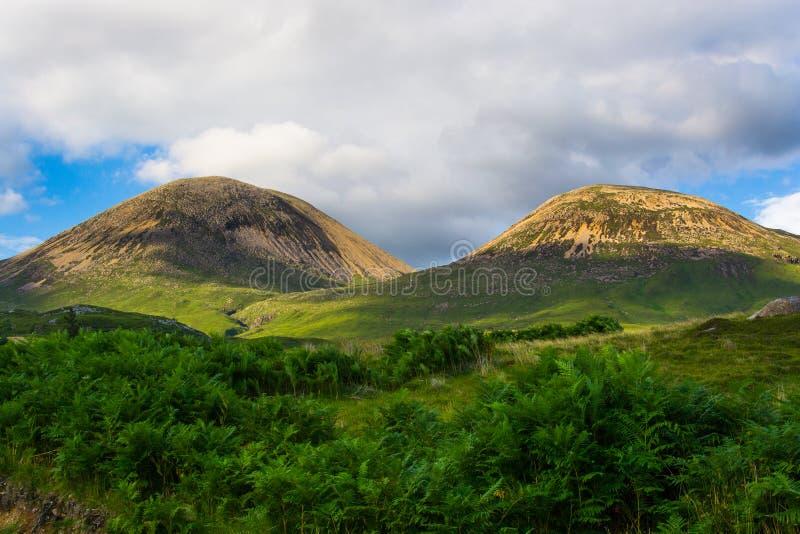Montanhas minúsculas em Elgol, ilha de Skye, Escócia imagem de stock