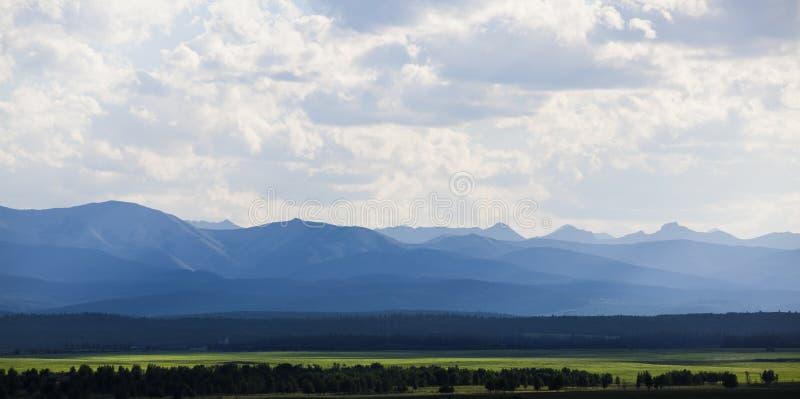 Montanhas na distância imagens de stock