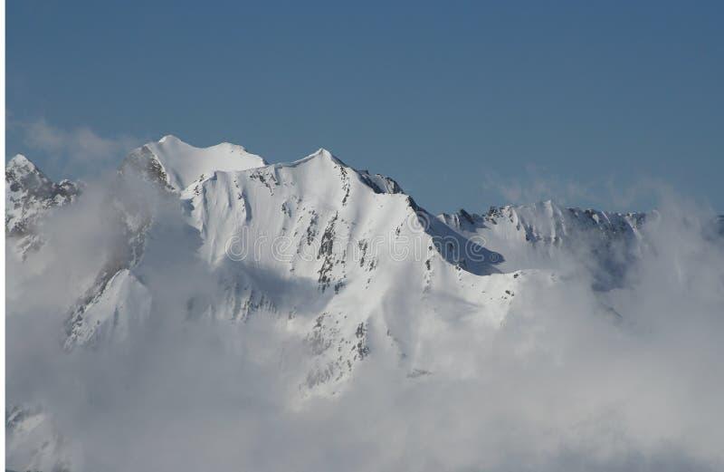 Montanhas nas nuvens fotos de stock