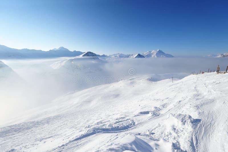Montanhas nas nuvens com neve no inverno fotos de stock