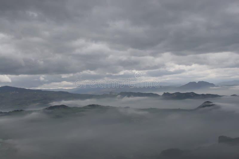 Montanhas nas nuvens Dia chuvoso nas montanhas fotos de stock