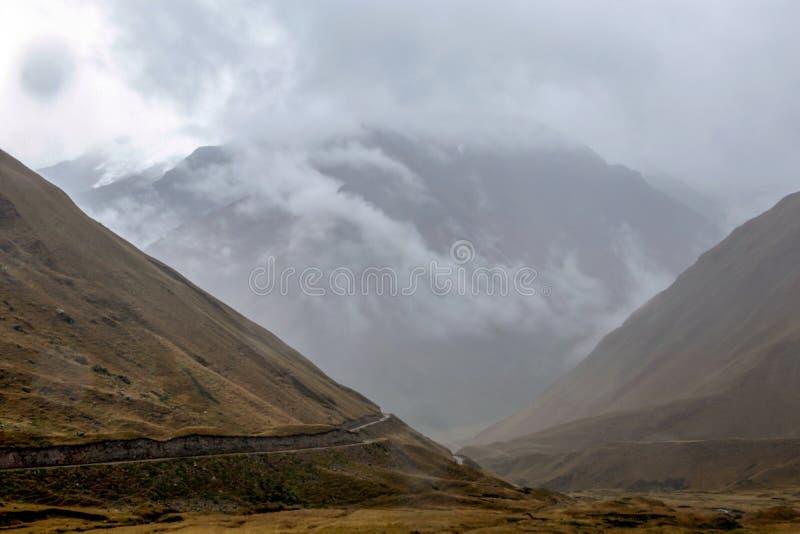 Montanhas nas nuvens em Abra Mariano Llamoja, passagem entre Yanama e Totora, o passeio na montanha de Choquequirao, Peru fotos de stock