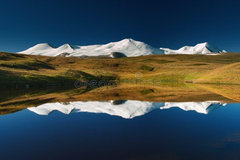 Montanhas nevado fotos de stock