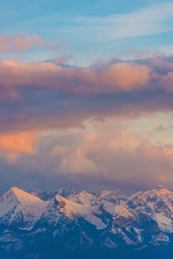 Montanhas nevado cénicos fotografia de stock