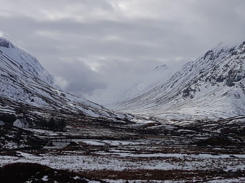 Montanhas nevado de Escócia imagens de stock
