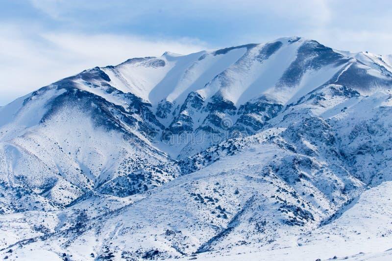 Montanhas nevado de Tien Shan no inverno imagem de stock