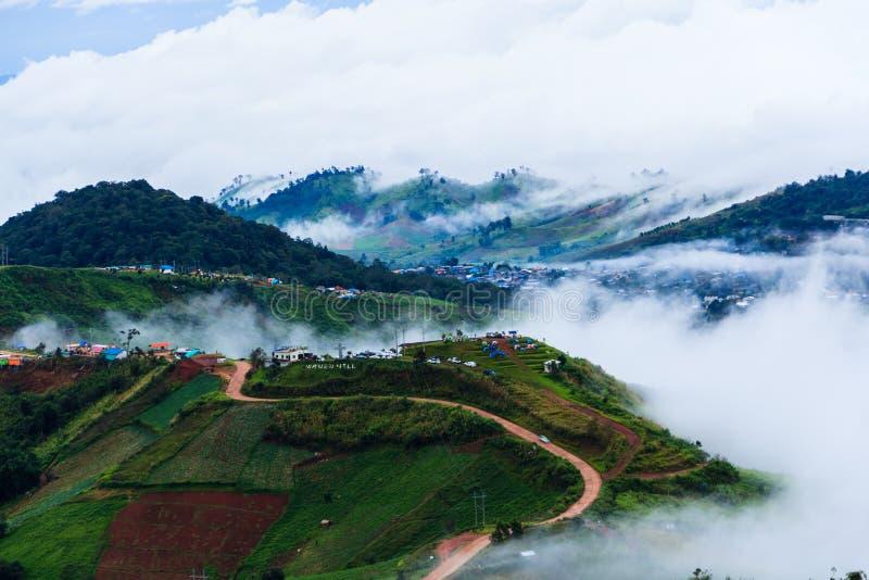 Montanhas nevoentas e nebulosas fotos de stock