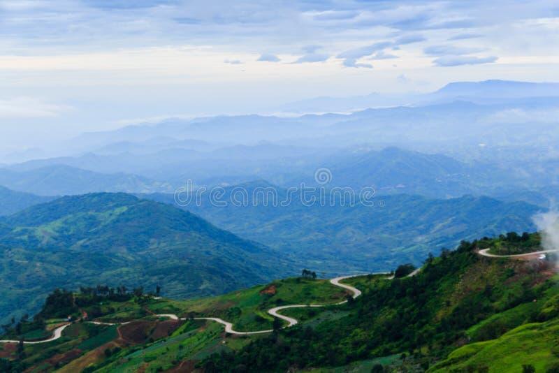 Montanhas nevoentas e nebulosas foto de stock royalty free