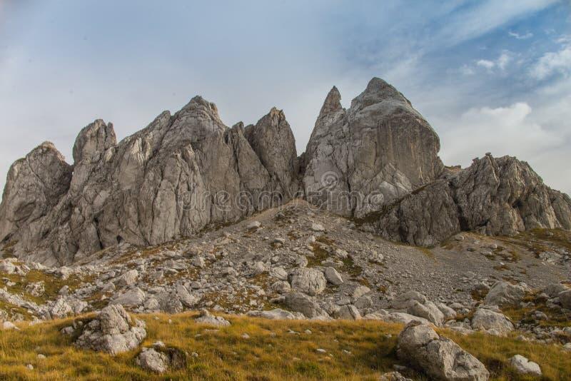 Montanhas no céu foto de stock