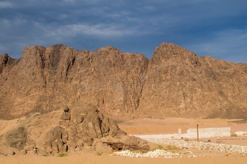 Montanhas no deserto egípcio imagens de stock