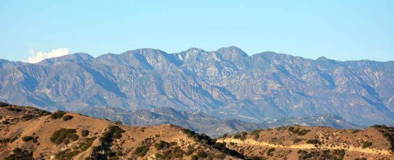 Montanhas no embaçamento foto de stock