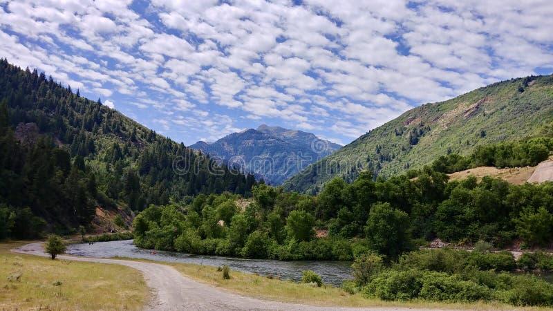 Montanhas no meio do caminho, Utá de Wasatch da garganta e do rio de Provo foto de stock