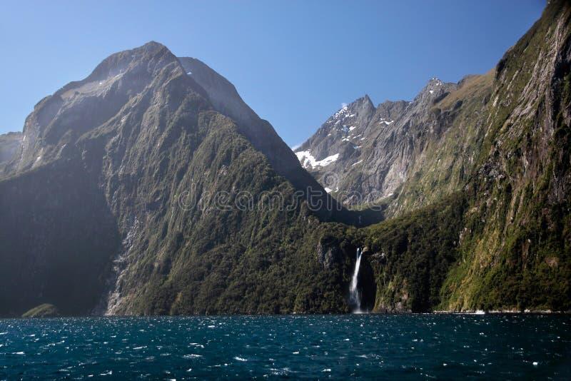 Montanhas no Milford Sound fotografia de stock