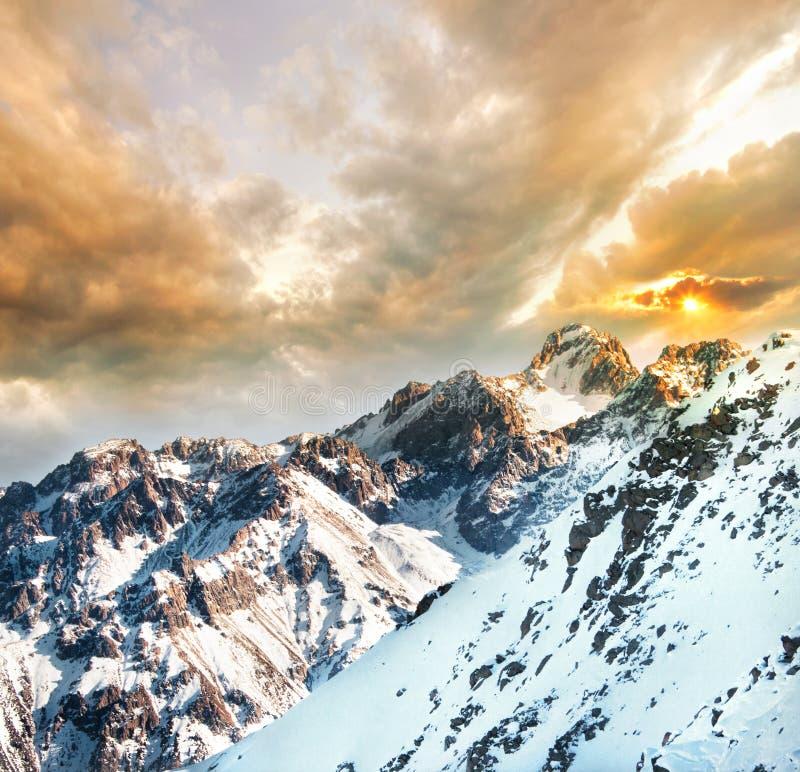 Montanhas no por do sol imagem de stock