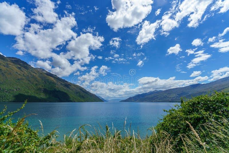 Montanhas no wakatipu em um dia ensolarado, otago do lago, cumes do sul, Nova Zelândia 2 imagens de stock