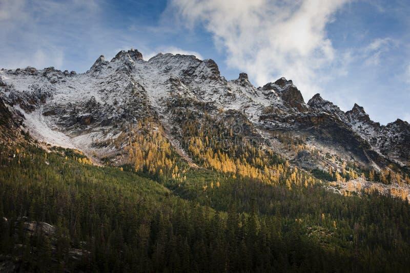 Montanhas nortes das cascatas imagem de stock royalty free