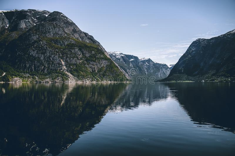 Montanhas norueguesas no fiorde fotografia de stock royalty free