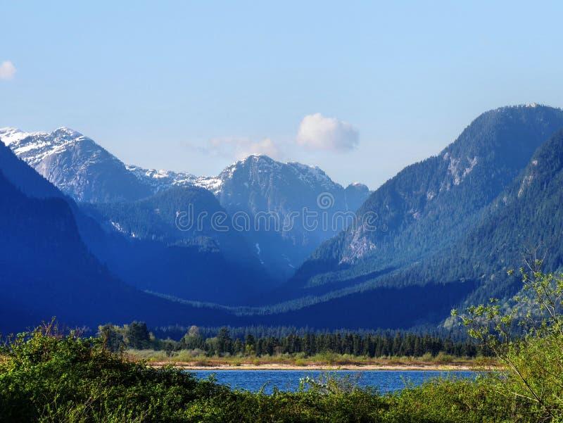 Montanhas, nuvens, e lago foto de stock royalty free