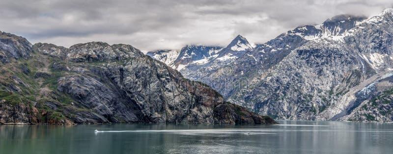 Montanhas & oceano com o céu nebuloso na baía de geleira Alaska fotografia de stock royalty free