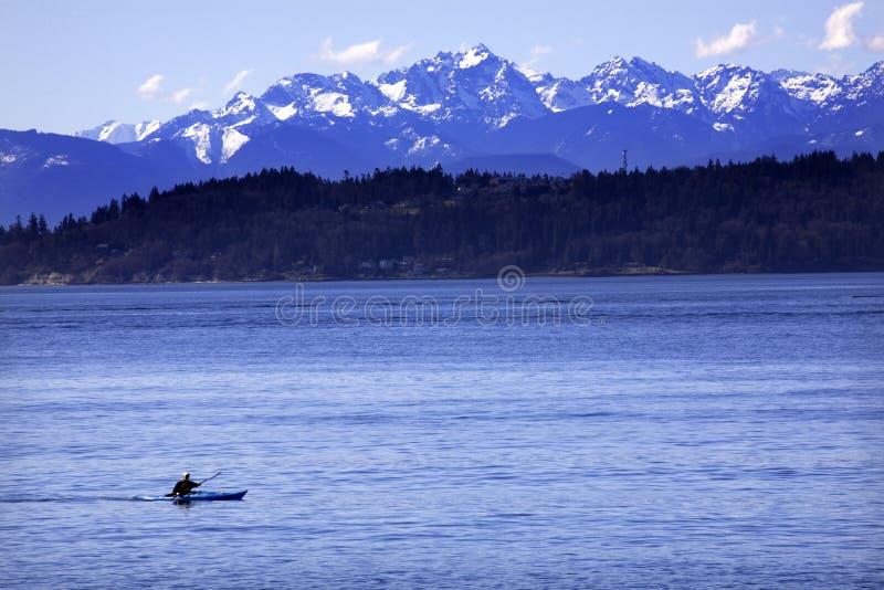 Montanhas olímpicas Washington do som de Puget do caiaque foto de stock