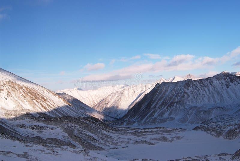 Montanhas orientais de Sayan. Altai. imagem de stock