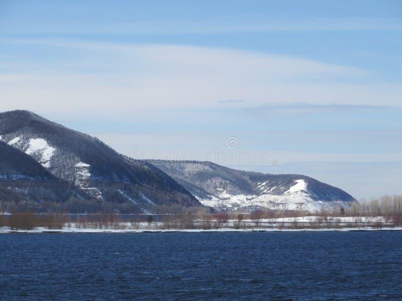 Montanhas perto do rio Ao princípio de novembro fotografia de stock
