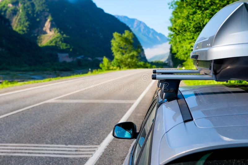 Montanhas pitorescas e a garganta do Cáucaso e o carro com uma grade de tejadilho, a paisagem fotos de stock