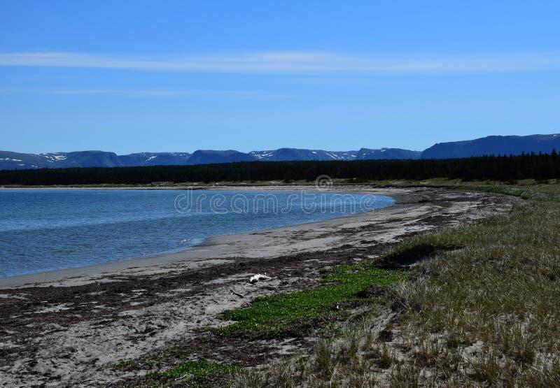 Montanhas rasas da baía e da longa distância fotografia de stock