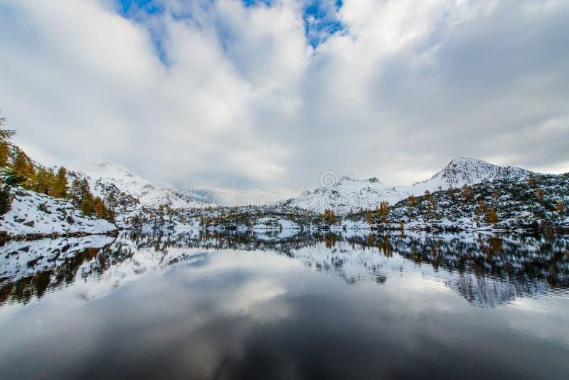 Montanhas refletidas foto de stock