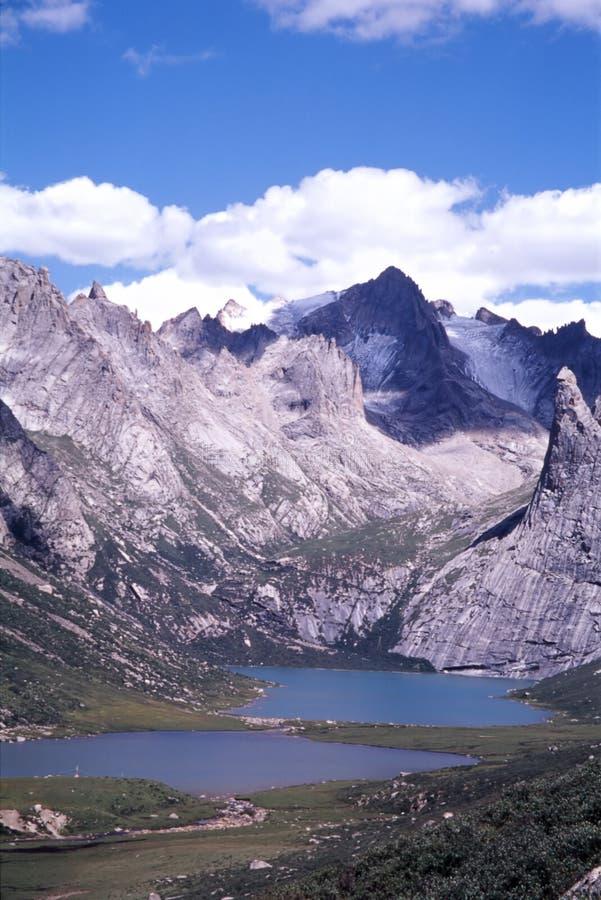 Download Montanhas rochosas imagem de stock. Imagem de vertical - 12805885