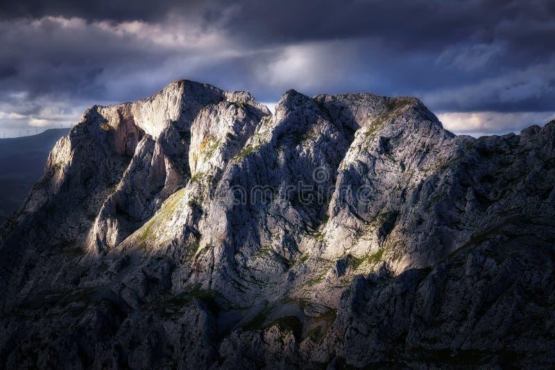 Montanhas rochosas afiadas no urkiola imagens de stock