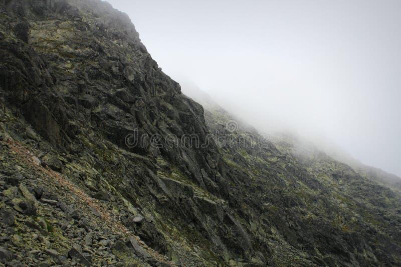 Montanhas rochosas cobertas com as nuvens em Tatras alto, Eslováquia imagem de stock royalty free