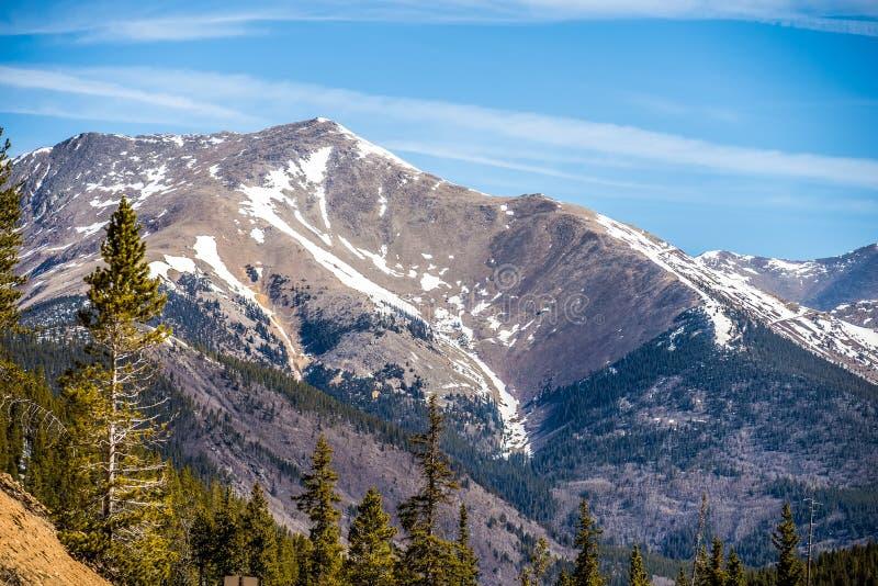 Montanhas rochosas de Colorado perto da passagem do monarca imagens de stock