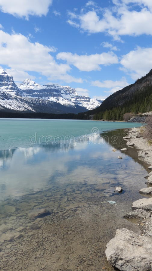 Montanhas rochosas e água da geleira do torquoise foto de stock royalty free