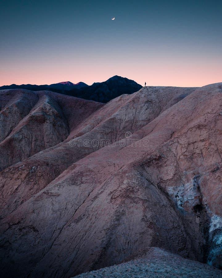 Montanhas rochosas e montes bonitos com surpresa do c?u estrelado excitante imagens de stock royalty free