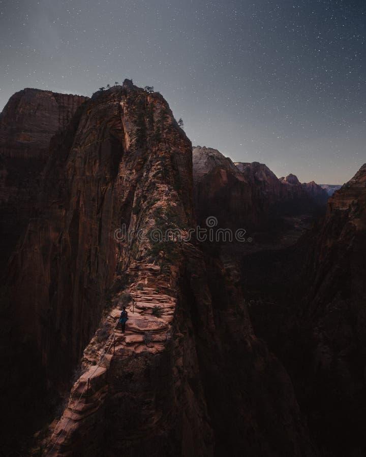 Montanhas rochosas e montes bonitos com surpresa do c?u estrelado excitante foto de stock royalty free